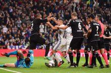 """Madrido """"Real"""" futbolininkai išsigelbėjo rungtynių pabaigoje"""