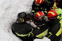 Lavinos nuniokotame Italijos kalnų viešbutyje per stebuklą išgelbėti keturi vaikai