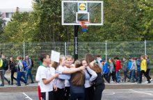 """Vilniaus mokyklai """"Lidl"""" padovanojo naują krepšinio aikštelę"""