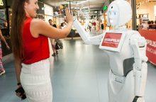 """""""Akropolyje"""" pradėjo dirbti pirmoji robotė-konsultantė"""